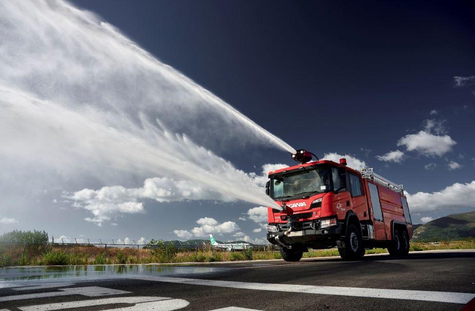 Πυροσβεστικό όχημα ρίχνει νερό