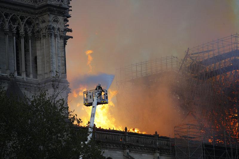 Πυροσβέστης δίνει μάχη με τις φλόγες στην Παναγία των Παρισίων