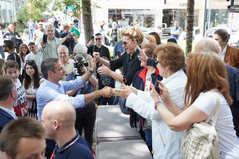 Ο Κ. Μητσοτάκης χαιρετά το πλήθος που είχε συγκεντρωθεί