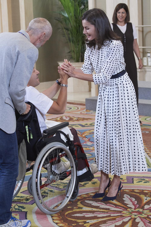 Η βασίλισσα Λετίθια υποδέχθηκε και καλωσόρισε με ένα τεράστιο χαμόγελο τους επισκέπτες του παλατιού