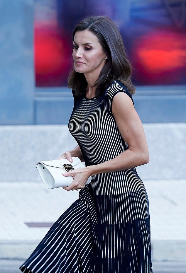 Η βασίλισσα Λετίθια με ασπρόμαυρο φόρεμα και λευκό clutch Carolina Herrera