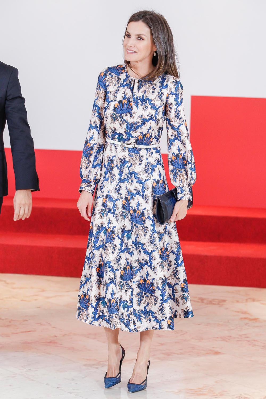 Η βασίλισσα Λετίθια συνδύασε άψογα το φόρεμα με λευκή ζώνη και μπλε γόβες