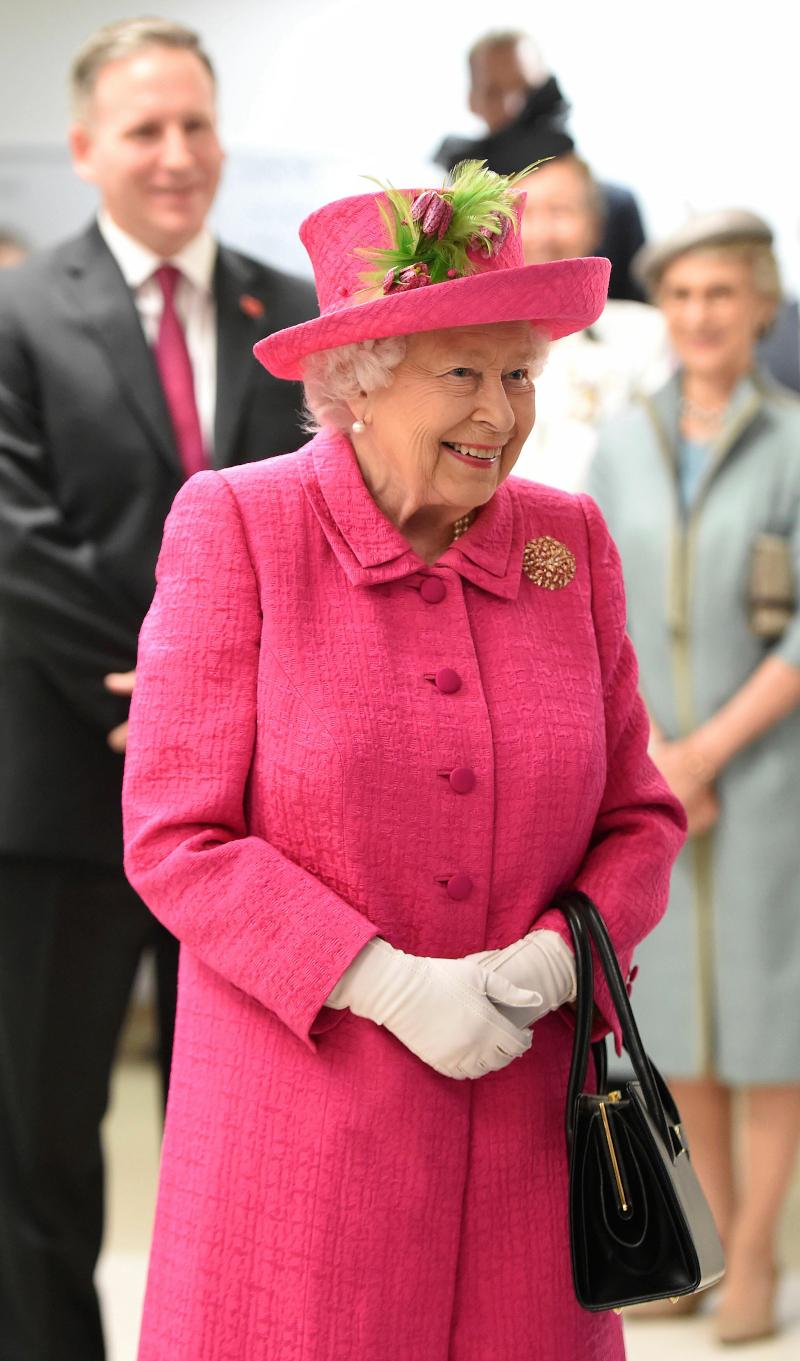 Η βασίλισσα Ελισάβετ  με φούξια παλτό και μαύρη τσάντα