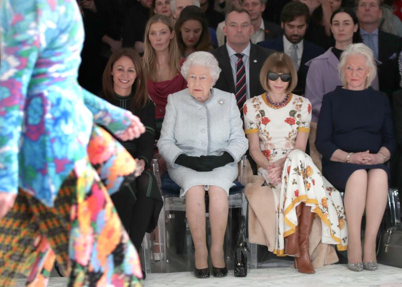 Η βασίλισσα Ελισάβετ με την Άννα Γουίντουρ και την Άντζελα Κέλι παρακολουθούν επίδειξη μόδας