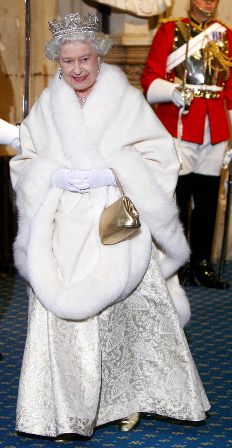 Η βασίλισσα Ελισάβετ με την γούνα ερμίνας στο άνοιγμα του βρετανικού κοινοβουλίου