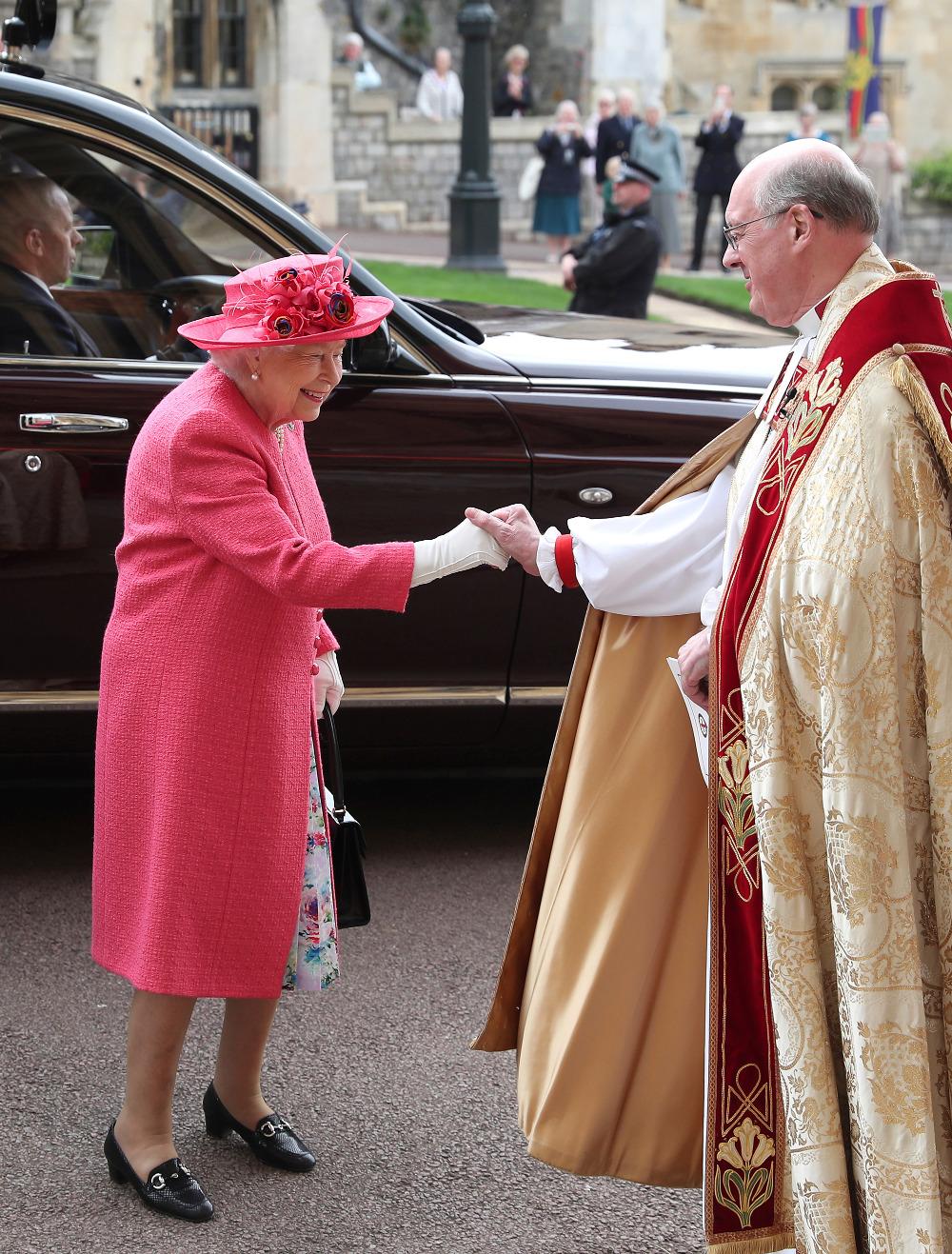 Η βασίλισσα Ελισάβετ με φούξια παλτό και φλοράλ φόρεμα