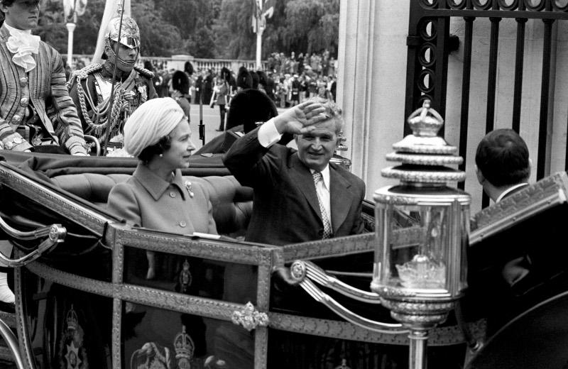 Στιγμιότυπο από την επίσκεψη του Νικολάε Τσαουσέσκου - Μαζί με την βασίλισσα Ελισάβετ στην βασιλική άμαξα