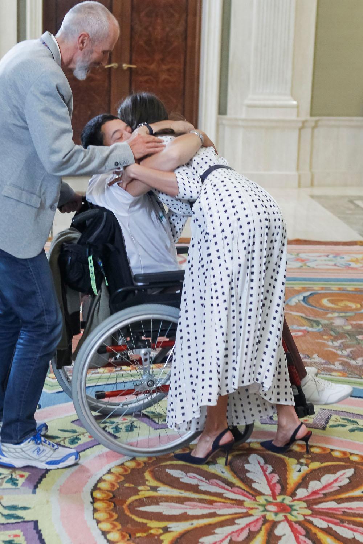 Η τρυφερή αγκαλιά της βασίλισσας Λετίθια στον άνδρα με το αναπηρικό καροτσάκι