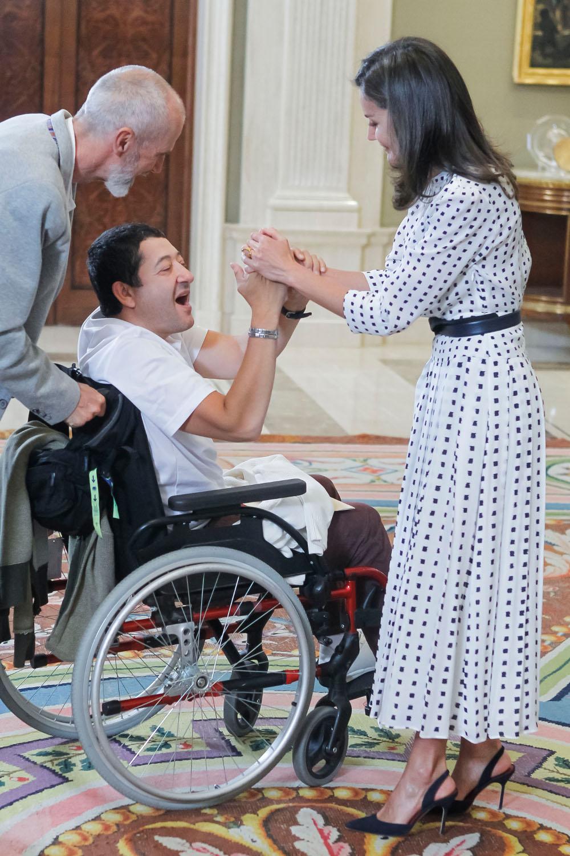 Η βασίλισσα Λετίθια δεν αντάλλαξε απλά μια χειραψία με έναν άνδρα με ειδικές ανάγκες, αλλά μοιράστηκε και ένα αστείο μαζί του, με τον άνδρα να δείχνει ενθουσιασμένος