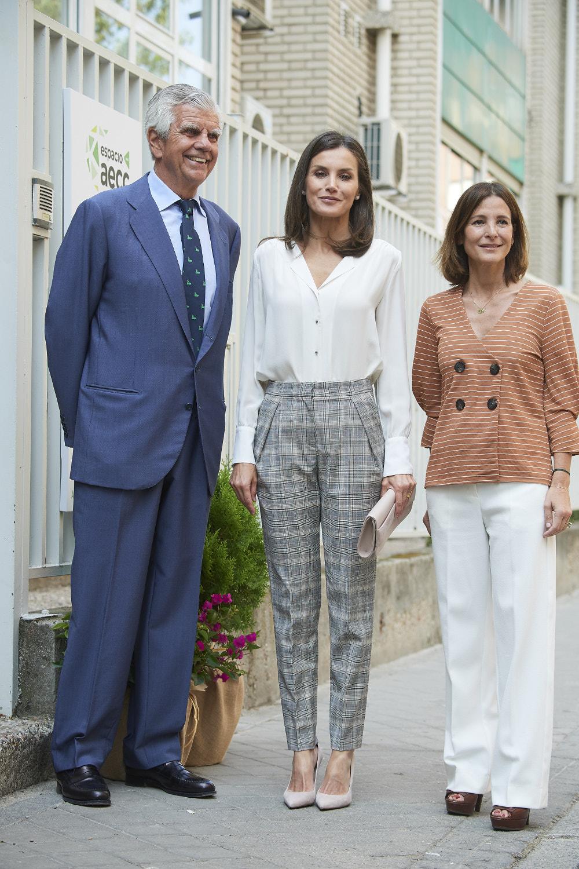 Η βασίλισσα Λετίθια με μέλη της Ισπανικής Ένωσης για τον Καρκίνο
