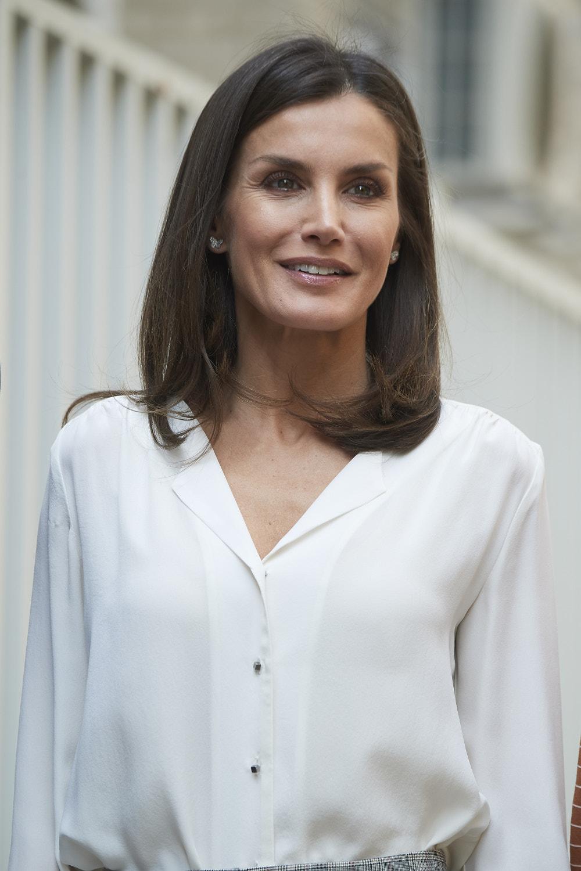 Η 46χρονη βασίλισσα Λετίθια επέλεξε ένα φυσικό μακιγιάζ για την πρωινή της επίσκεψη στην Ισπανική Ένωση για τον Καρκίνο