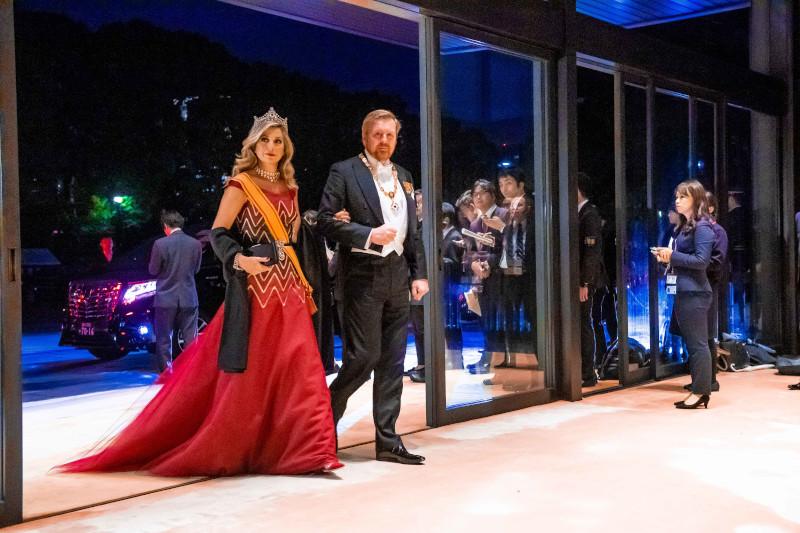 Η βασίλισσα Μαξίμα με κόκκινο φόρεμα
