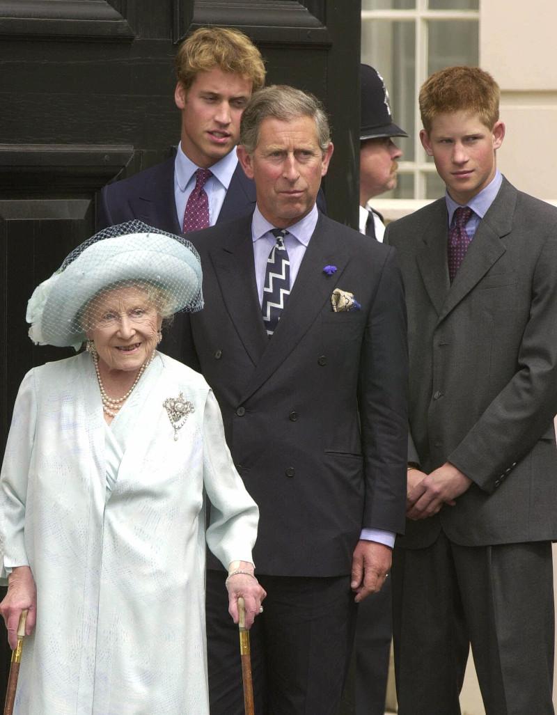 Η βασιλομήτωρ με τον πρίγκιπα Κάρολο και τα δισέγγονά της, πρίγκιπα Γουίλιαμ και πρίγκιπα Χάρι