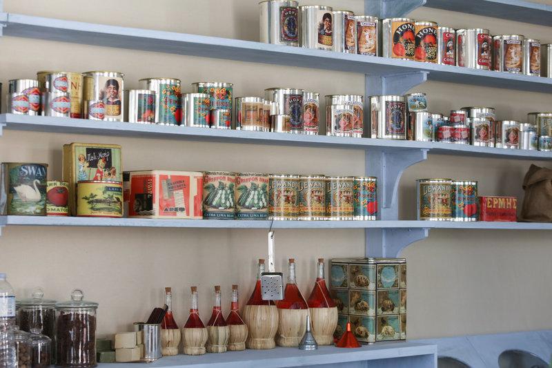 Τα ράφια στο παντοπωλείο του χωριού στη «Άγριες Μέλισσες» απότυπώνουν την Ελλάδα στα τέλη του '50