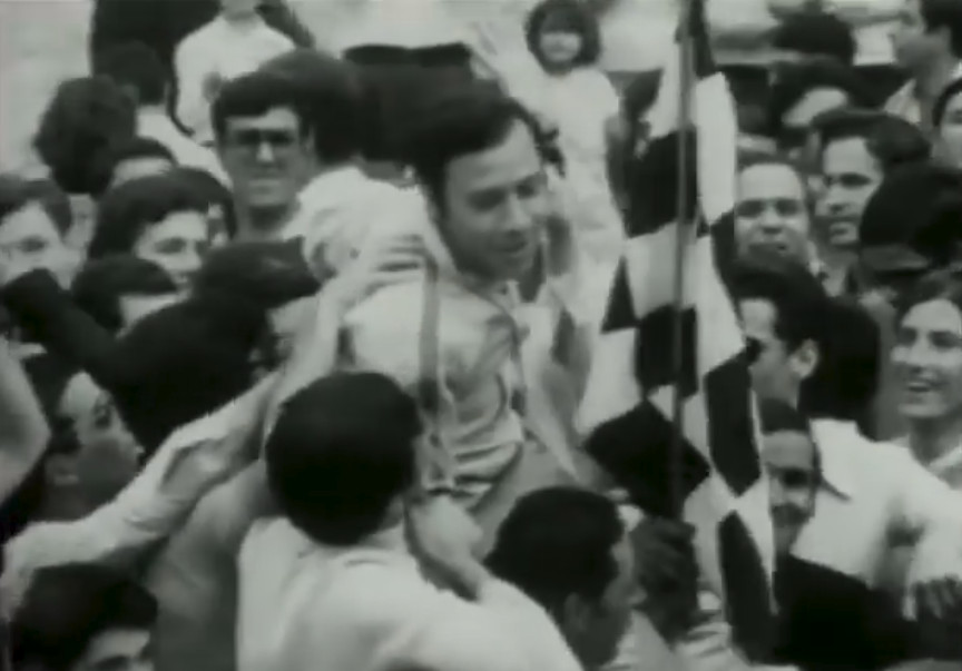 Ο νικητής της Νέας Σμύρνης Γιώργος Μοσχούς «πνίγεται» στις αγκαλιές των θεατών