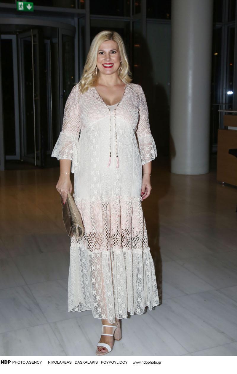 Η Ράνια Θρασκιά με δαντελένιο φόρεμα