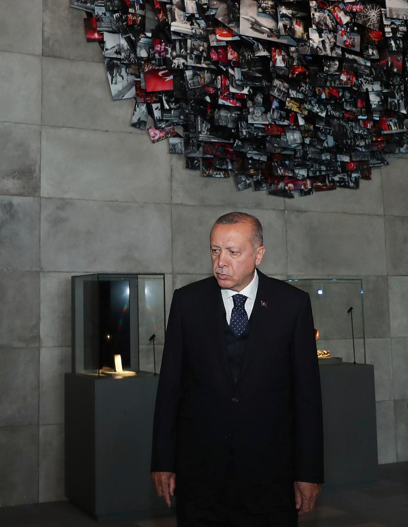 Μουτρωμένος ήταν ο Τούρκος πρόεδρος την περασμένη Πέμπτη στην πρώτη δημόσια εμφάνισή του μετά τις τοπικές εκλογές της Κυριακής.