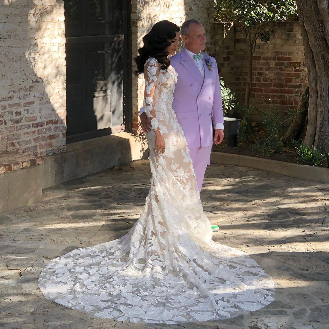 Με λιλά κοστούμι ο Φλι, με ρομαντικό νυφικό η σχεδιάστρια σύζυγός του