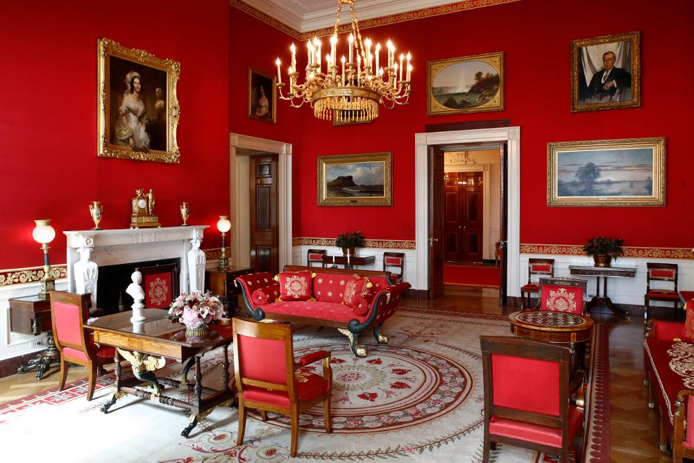 Το μεγαλειώδες Κόκκινο Δωμάτιο του Λευκού Οίκου με το έντονο κόκκινο, πλέον, χρώμα της υφασμάτινης ταπετσαρίας