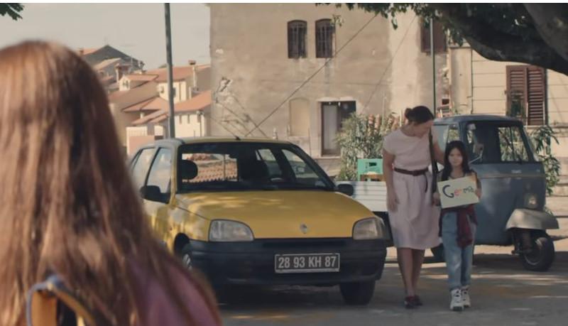 Κοπέλες γνωρίζονται και δίπλα ένα κίτρινο Renault