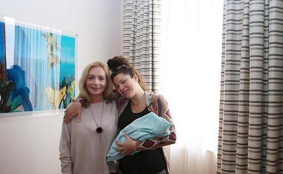 Η Κλέλια Ρένεση με την κόρη της