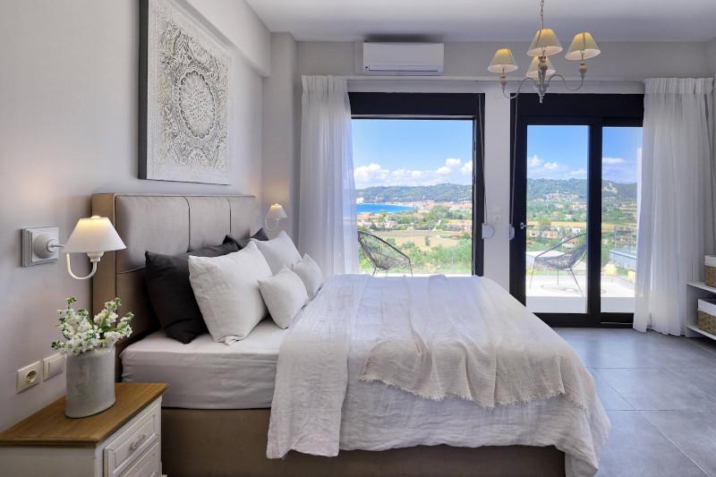 Μοντέρνα διακόσμηση στην κρεβατοκάμαρα με θέα την θάλασσα