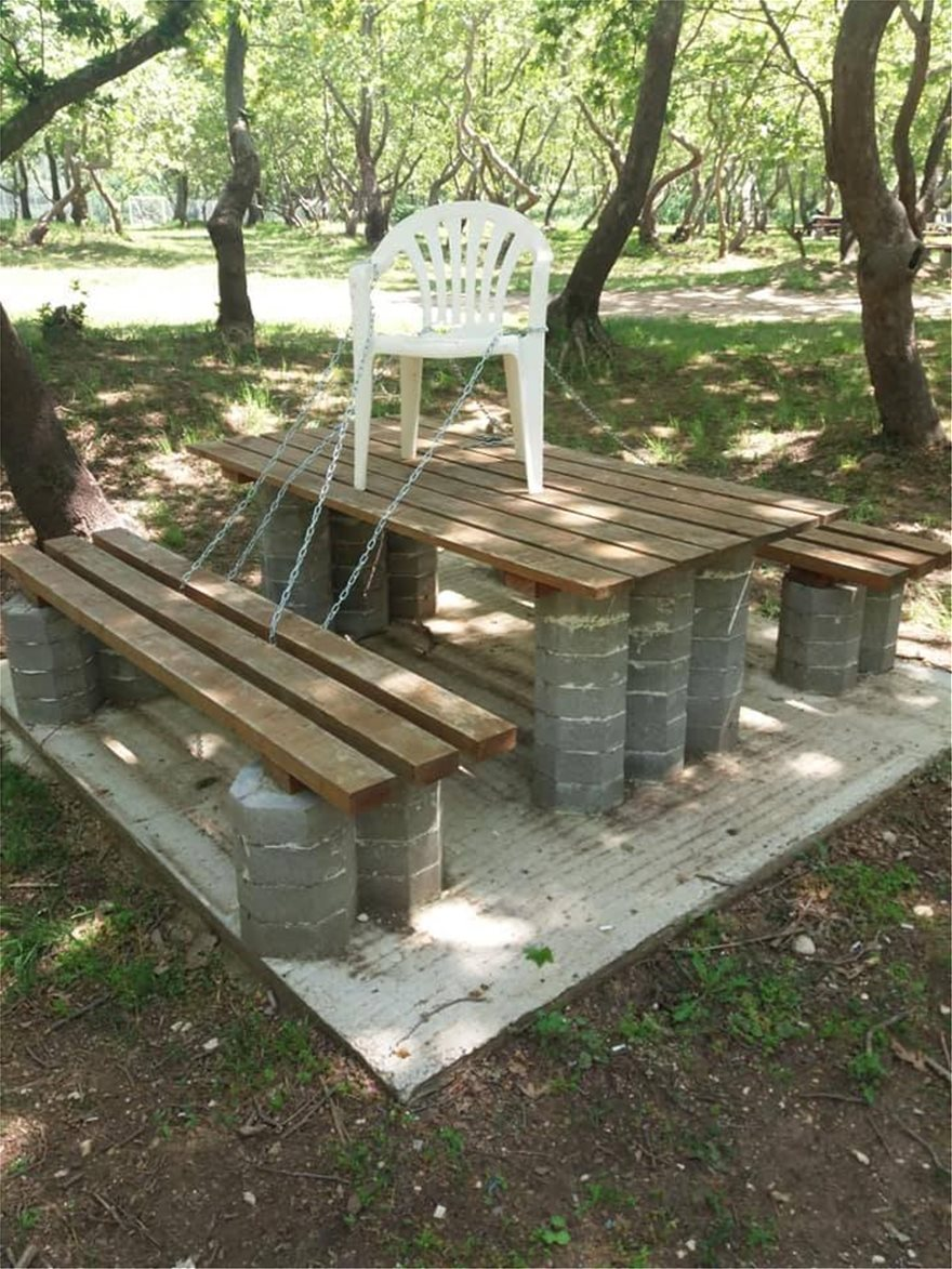 Χωρίς τέλος η φαντασία του Ελληνα στις πατέντες. Ρεζερβέ τραπέζι με αλυσίδες σε πάρκο.