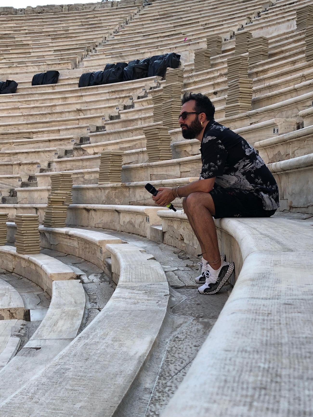 Ο σκηνοθέτης Κωνσταντίνος Ρήγος, απόγευμα Πέμπτης στην πρώτη πρόβα της Τραβιάτας μέσα στο Ηρώδειο