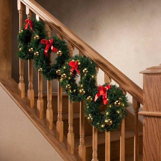χριστουγεννιάτικο στεφάνι στην σκάλα