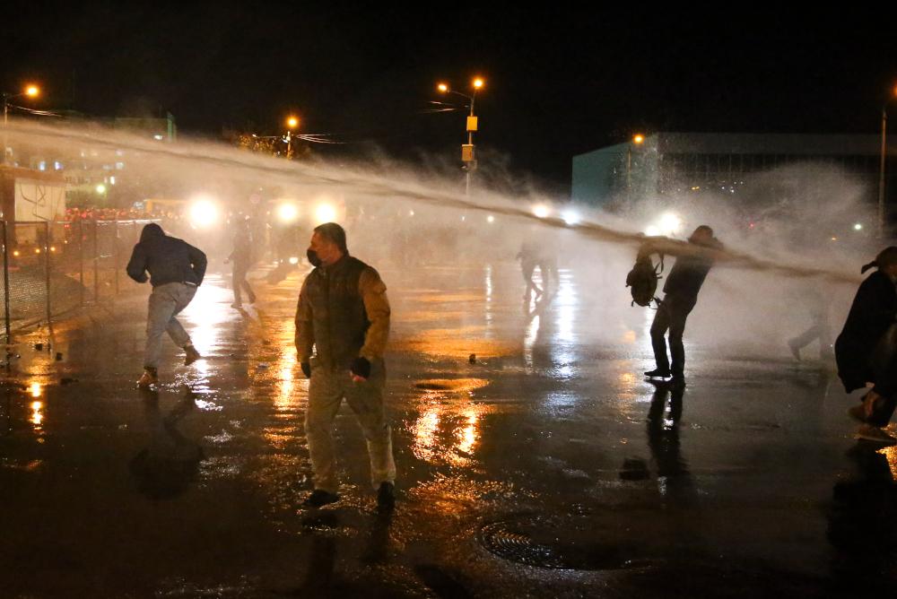 Ρίψη νερού σε διαδηλωτές στην Τιφλίδα