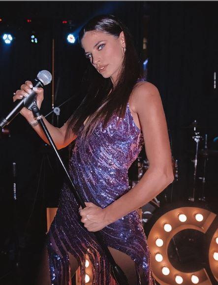Με μοβ φόρεμα με παγιέτες και ιδιαίτερο τελείωμα η Χριστίνα Μπόμπα