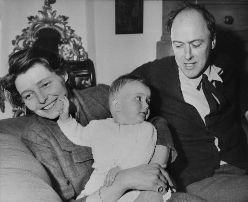 Ο Ρόαλντ και Πατρίσια που κρατά τη μικρή Λούσι