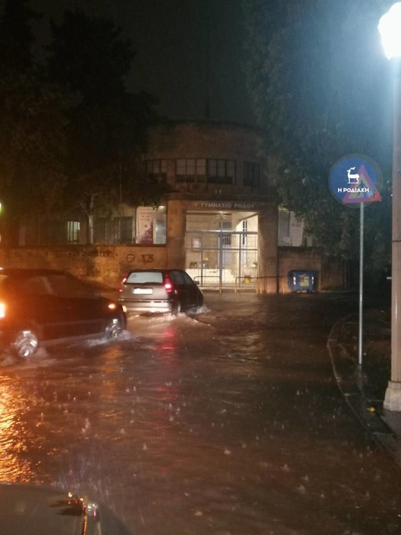 Πλημμύρισαν οι δρόμοι στη Ρόδο / Φωτογραφία: rodiaki.gr