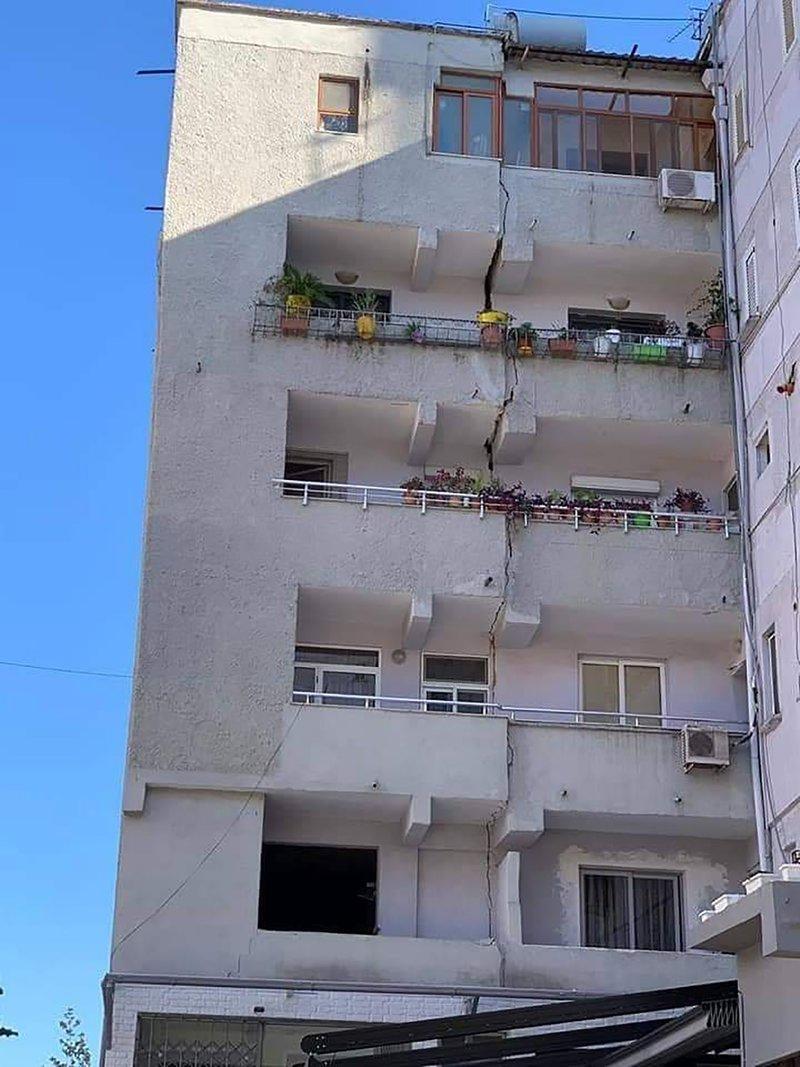 Ρωγμή σε πολυκατοικία από τον σεισμό στην Αλβανία