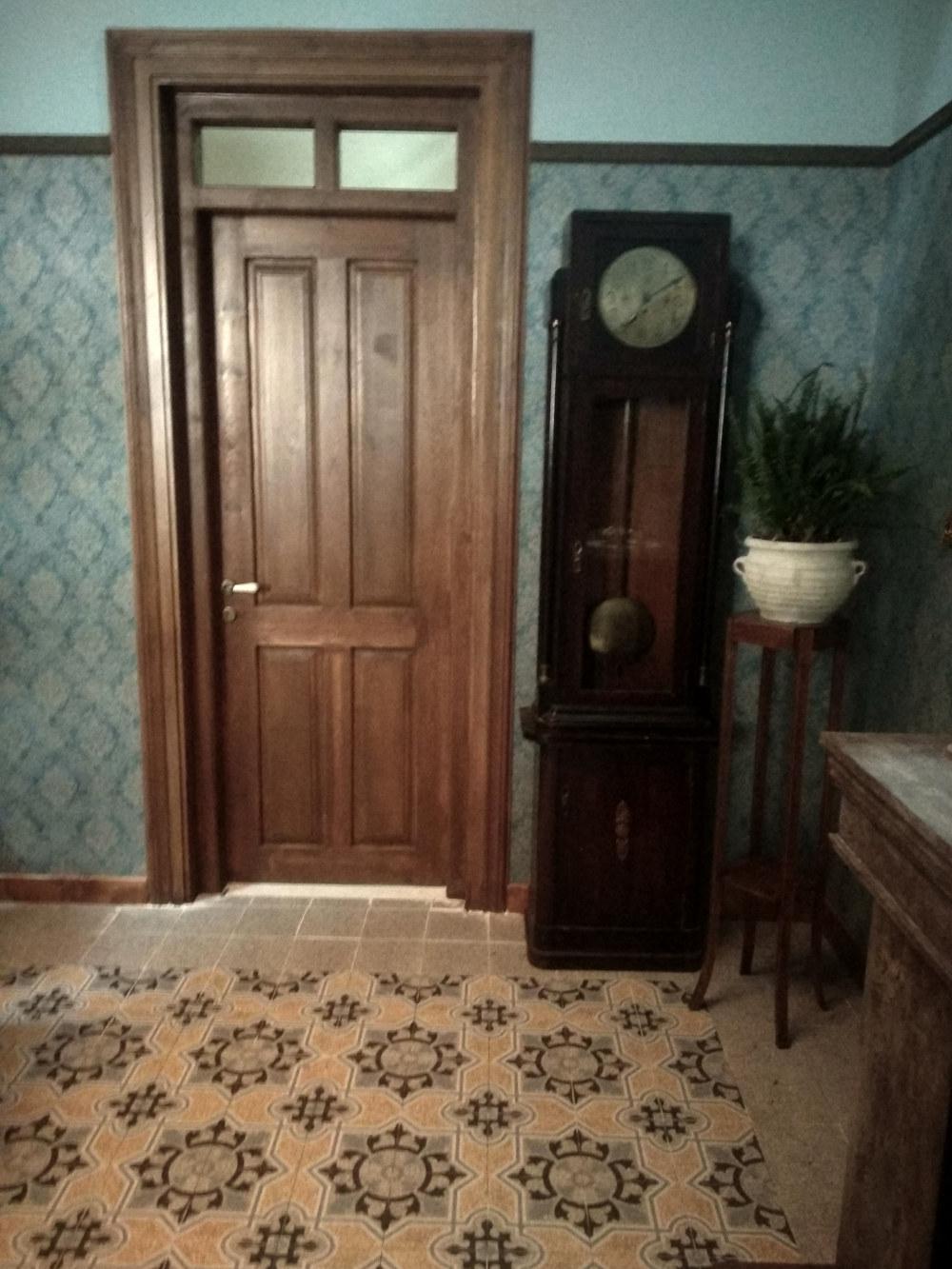 Ένα μεγάλο ξύλινο ρολόι στέκει στην άκρη της πόρτας στο γραφείο του Δούκα Σεβαστού