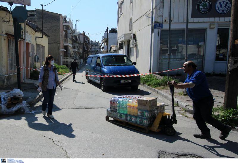 Τροφοδοσία οικισμού Ρομά στη Λάρισα που είναι σε καραντίνα λόγω κορωνοϊού