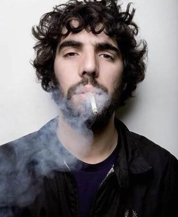 Ο Ρομέν Γαβράς καπνίζει