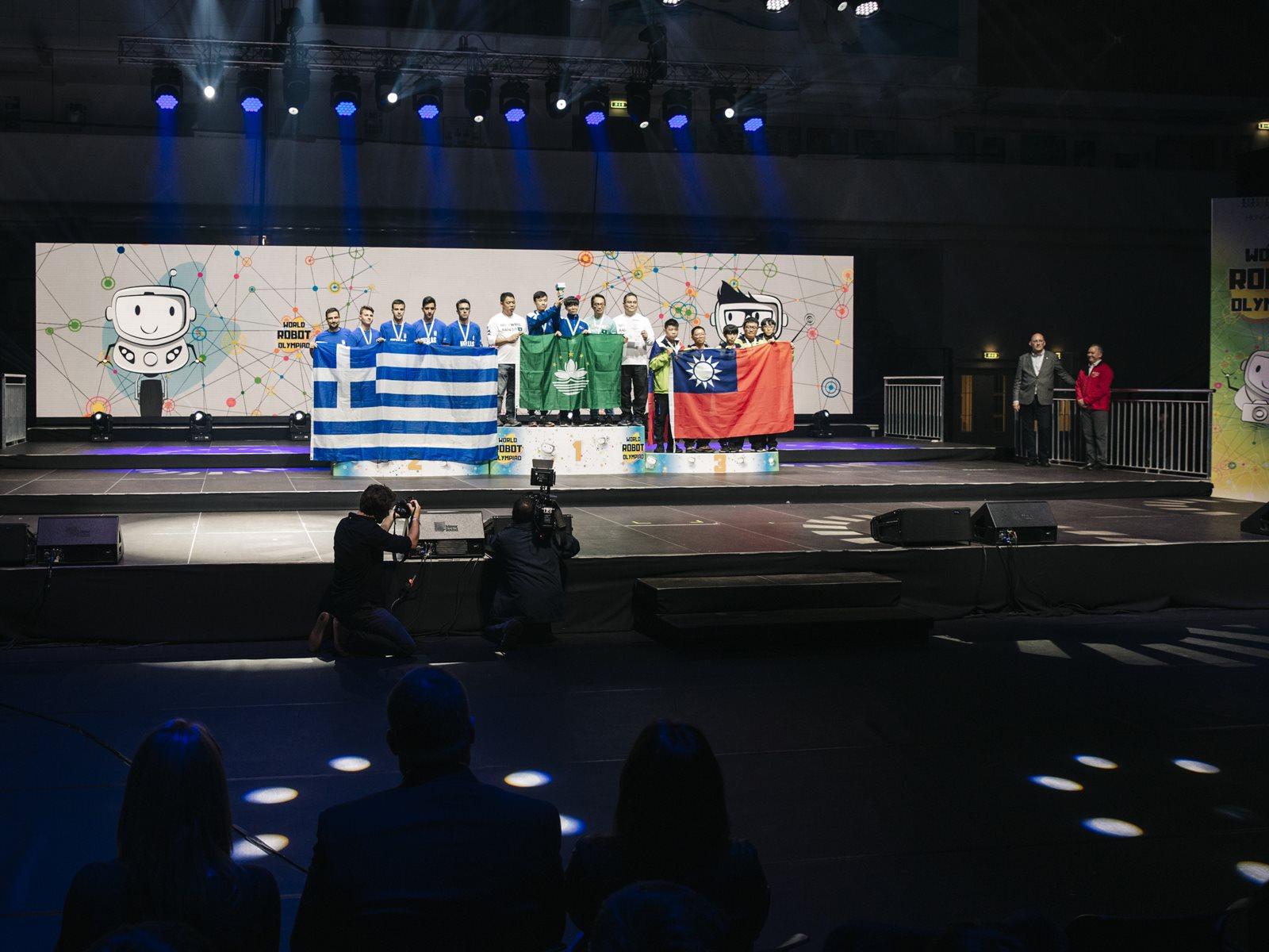 Στη δεύτερη θέση του βάθρου στον παγκόσμιο τελικό της Ολυμπιάδας Εκπαιδευτικής Ρομποτικής WRO 2019, η ομάδα bitbot από την Καλαμάτα και τους Νίκο Γιαννόπουλο, Κωνσταντίνο Καργάκο και Γιώργο Μπάκα στην κατηγορία ποδοσφαίρου με ρομπότ.