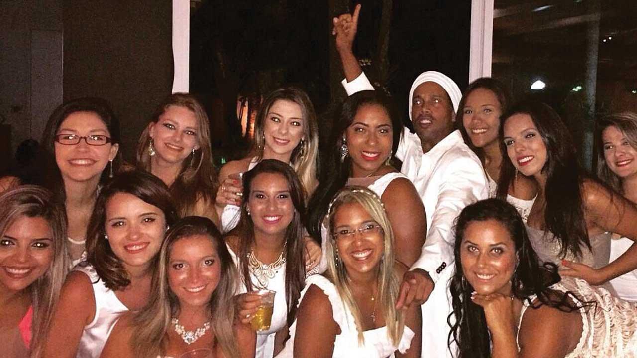 Ο Ροναλντίνιο γύρω από αμέτρητες γυναίκες σε ένα από τα πάρτι του