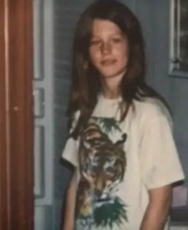 Η Ρόζαλιν Μακ Γκίνις σε εφηβική ηλικία.