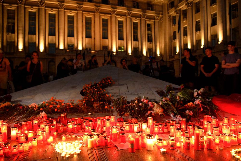 Χιλιάδες άνθρωποι με κεριά και λουλούδια έξω από το υπουργείο Εσωτερικών στη Ρουμανία διαδηλώνουν ενάντια στην ολιγωρία της αστυνομίας
