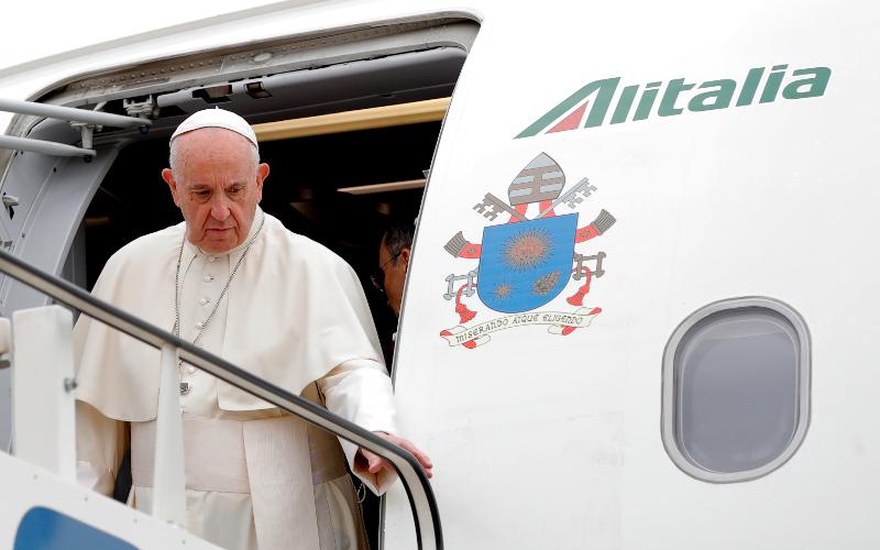 Ο Πάπας Φραγκίσκος κατεβαίνει από το αεροπλάνο