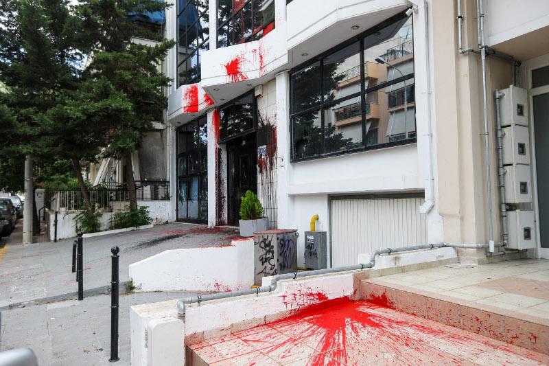 Μέλη της αναρχικής συλλογικότητας έκαναν επίθεση στα γραφεία της ΕΔΕΥ με μπογιές / Φωτογραφία: EUROKINISSI