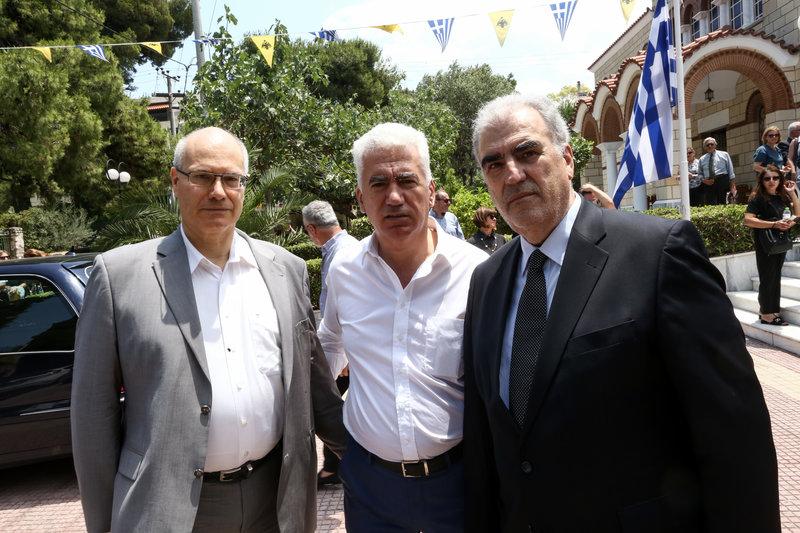 Ο πρώην υπουργός Δημήτρης Ρέππας στην κηδεία του Ροβέρτου Σπυρόπουλου