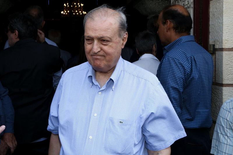 Ο πρώην υπουργός Γρηγόρης Νιώτης στην κηδεία του Ροβέρτου Σπυρόπουλου