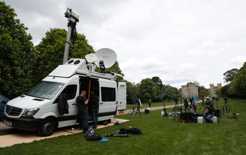 Τα τηλεοπτικά δίκτυα είναι στημένα έξω από το κάστρο Γουίνσδορ περιμένοντας νέα για το βασιλικό μωρό