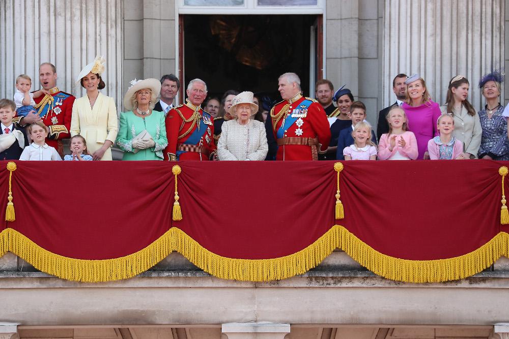 Η βασιλική οικογένεια στο μπαλκόνι του παλατιού του Μπάκιγχαμ παρακολουθεί την επίδειξη των αεροσκαφών της Βασιλικής Πολεμικής Αεροπορίας