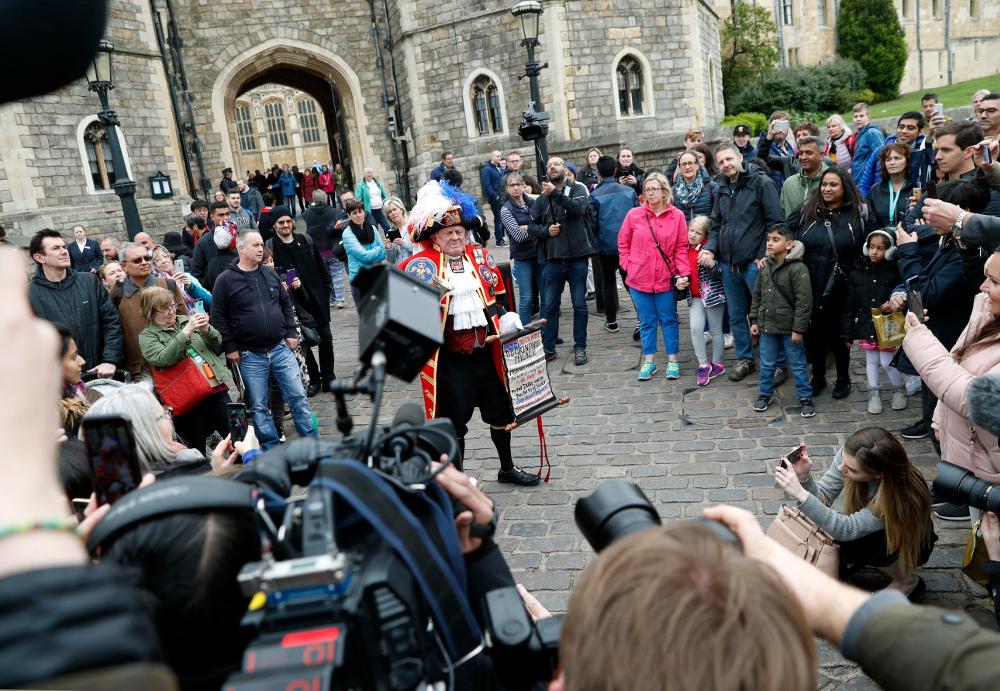 ΘΑυμαστές της βασιλικής οικογένειας έξω από το κάστρο Γουίνσδορ