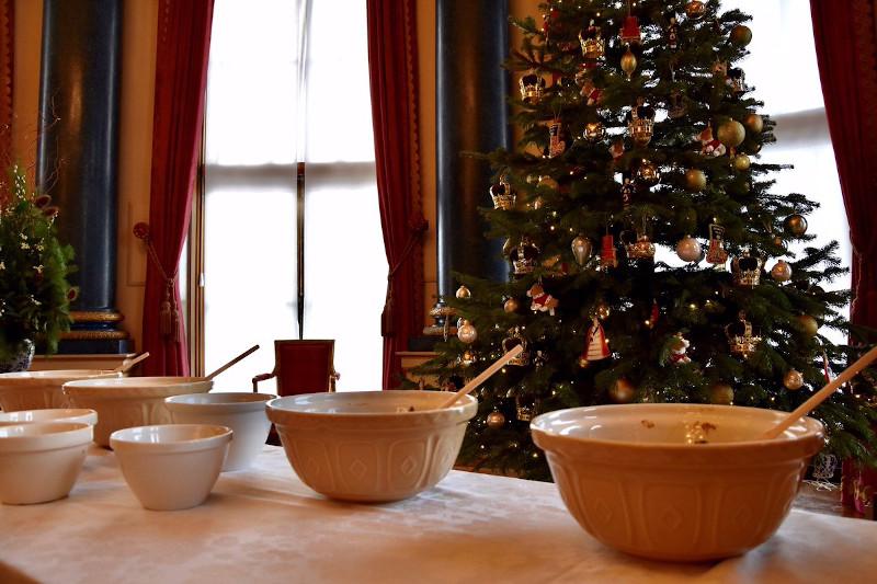 Η βασιλική οικογένεια έφτιαξε το μείγμα της πουτίγκας στο Δωμάτιο Μουσικής του παλατιού του Μπάκιγχαμ με φόντο το χριστουγεννιάτικο δέντρο
