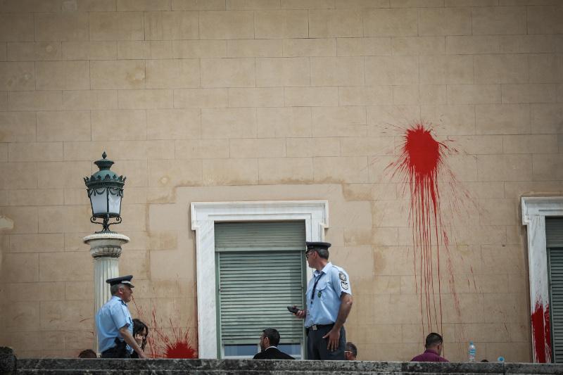 Οι αστυνομικοί αιφνιδιάστηκαν ξανά από τον Ρουβίκωνα. Για τρίτη φορά έγινε εισβολή στη Βουλή